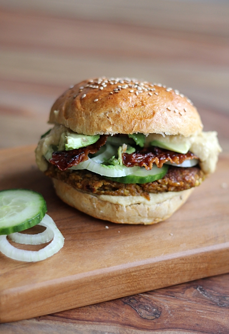 die besten burger der welt selbstgemachte br tchen mit marokkanischen burger patties avocado. Black Bedroom Furniture Sets. Home Design Ideas