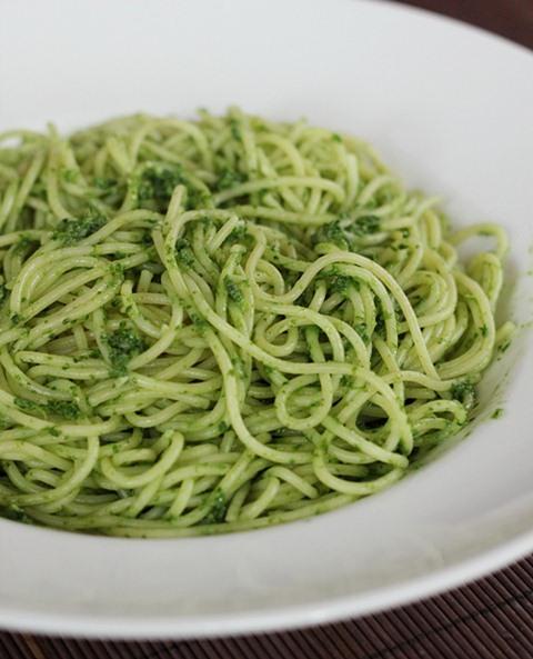 Salat spaghetti pesto